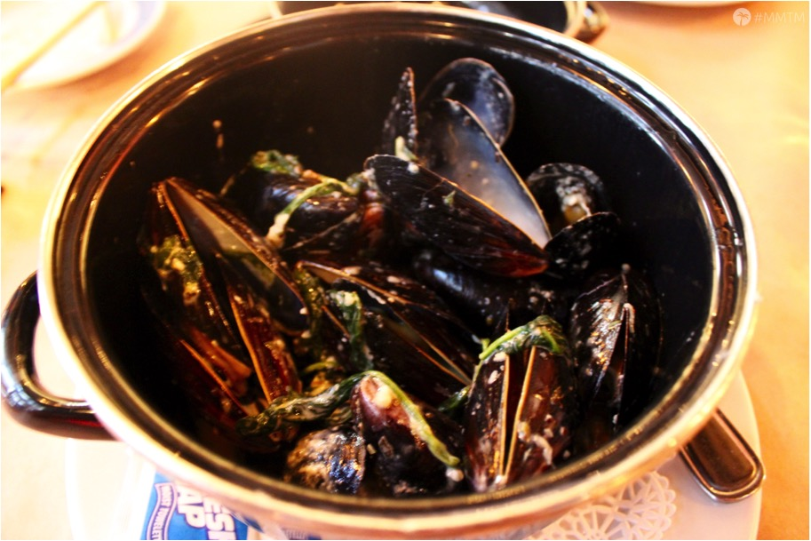Steamed Mussels with blue cheese, spinach & red wine